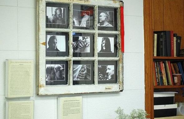 5-Janelas com espelhos e retratos na decoração