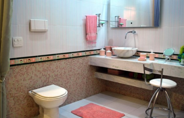 4-Caixa acoplada ou válvula de descarga de parede no banheiro, qual usar
