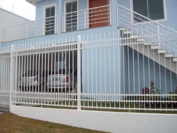 Frente-de-casas-com-grades-de-ferro-012