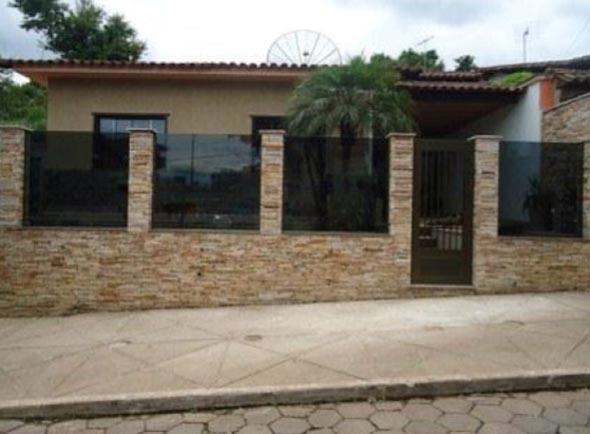 Frente-de-casas-com-muros-de-pedras-001