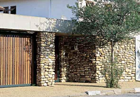 Frente-de-casas-com-muros-de-pedras-002