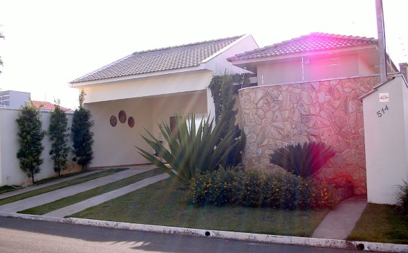 Frente-de-casas-com-muros-de-pedras-006