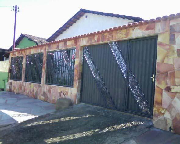 Frente-de-casas-com-muros-de-pedras-013