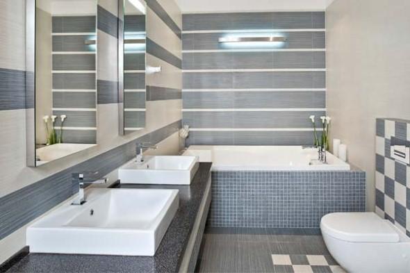 Porcelanatos e pastilhas de vidro são bastante indicados em banheiros.