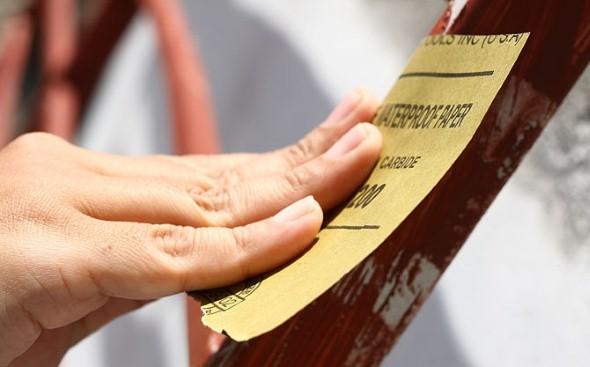 Uma lixa pode ser um bom aliado na remoção de tinta gasta.