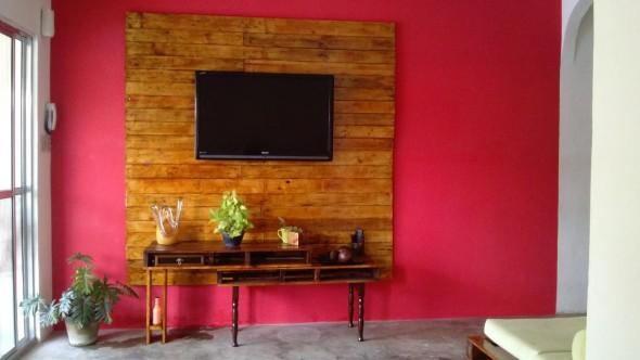 Painel de parede feito com paletes 002