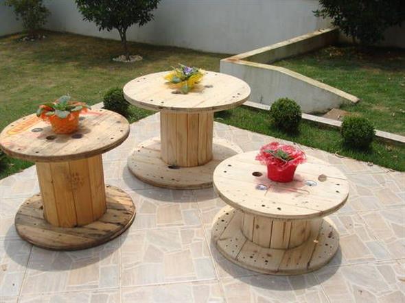Bancos e mesas rústicas feitas de carretel de madeira 001