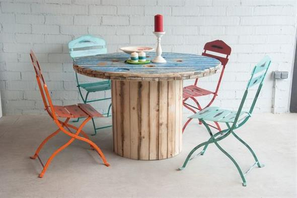 Bancos e mesas rústicas feitas de carretel de madeira 007