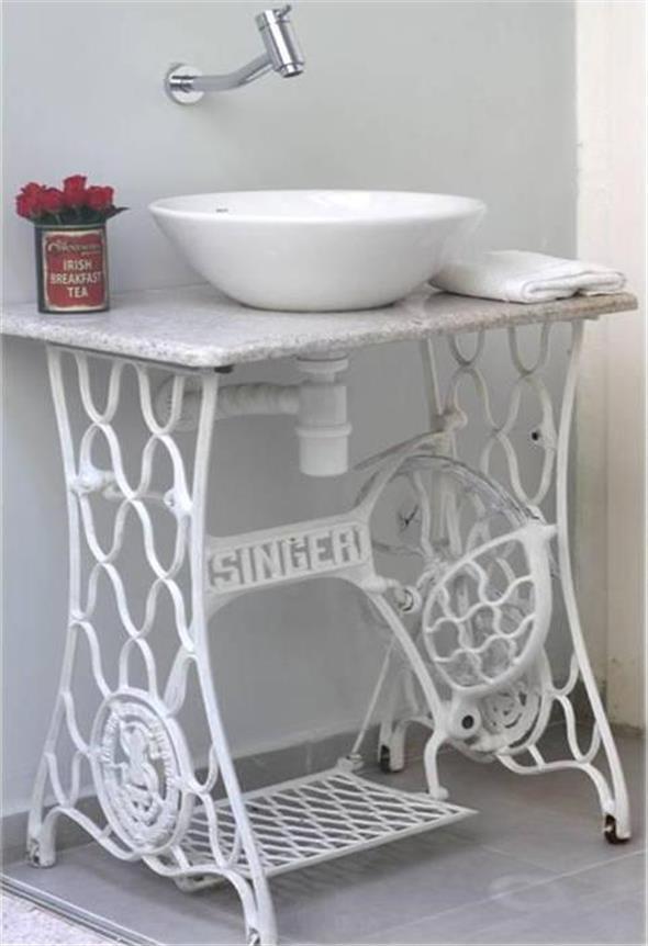 Mesa de máquina de costura antiga na decoração 002