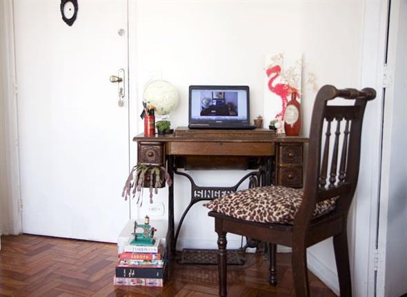 Mesa de máquina de costura antiga na decoração 004