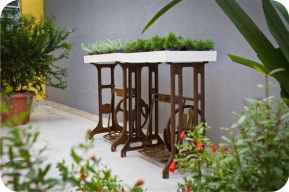 Mesa de máquina de costura antiga na decoração 015