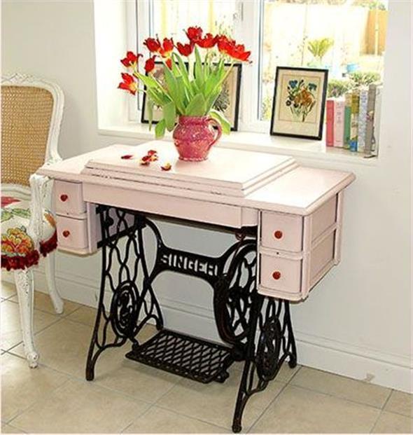 Mesa de máquina de costura antiga na decoração 016