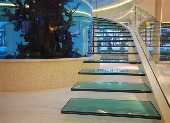 Escada circular com degraus de vidro.