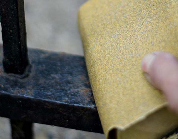 Lixe bem as peças para remover a tinta antiga, e dar nova vida as grades de ferro.