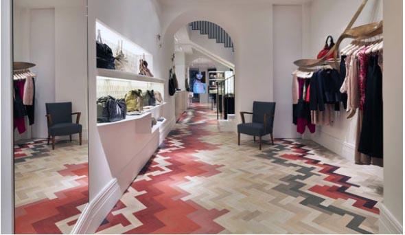 Pintura pode ser feita em todo piso de madeira, ou apenas em alguns tacos, criando um mosaico charmoso e elegante