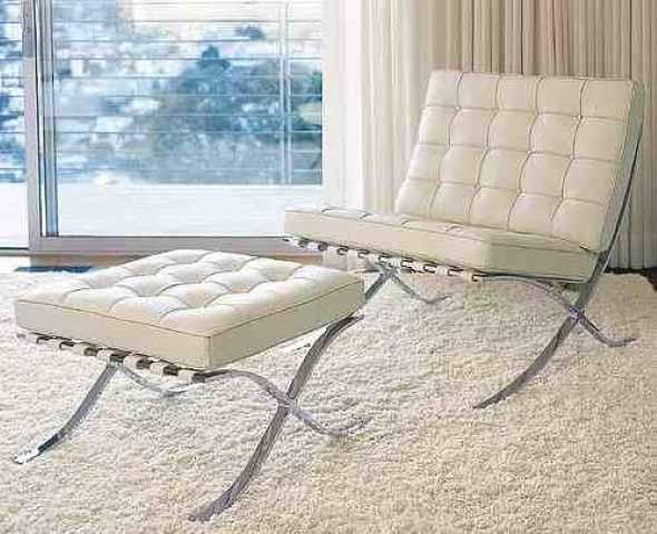 Poltrona elegante e com linhas muito atuais, revestida com couro ecológico.
