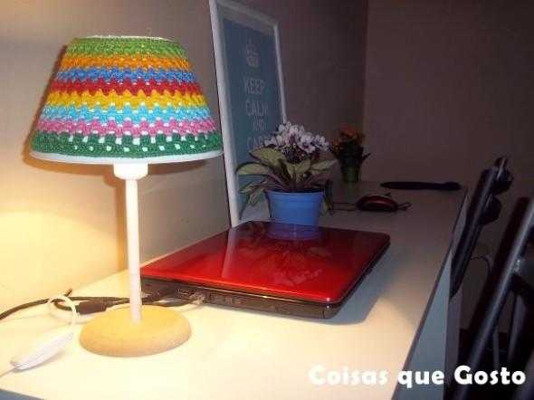 Abajur colorido na decoração 013