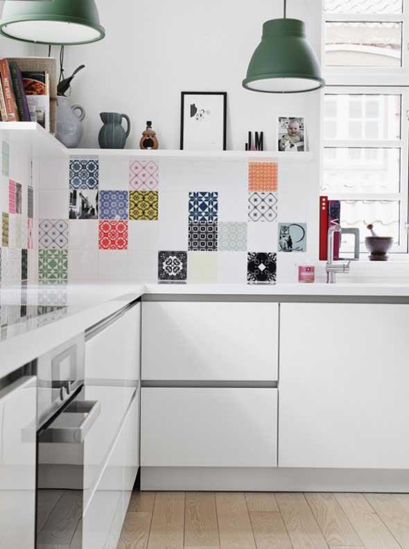 Prateleiras na decoração da cozinha 018