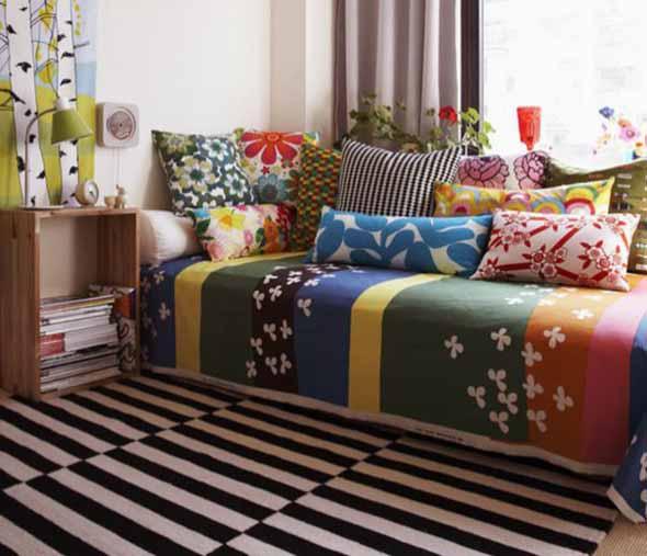 Almofadas coloridas na decoração 003