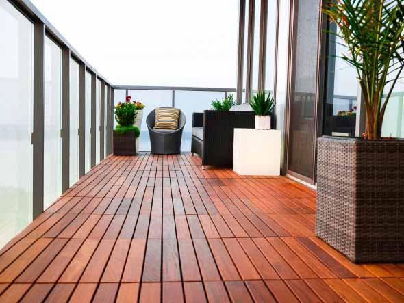 Decks de madeira na varanda 013