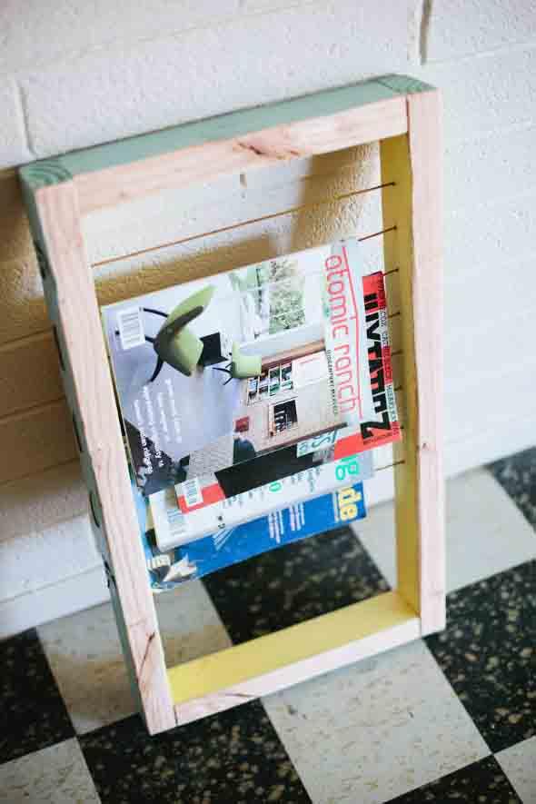 Suporte para jornais e revistas no banheiro 012