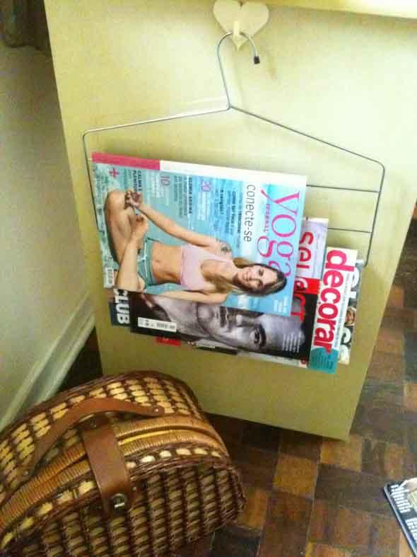 Suporte para jornais e revistas no banheiro 016