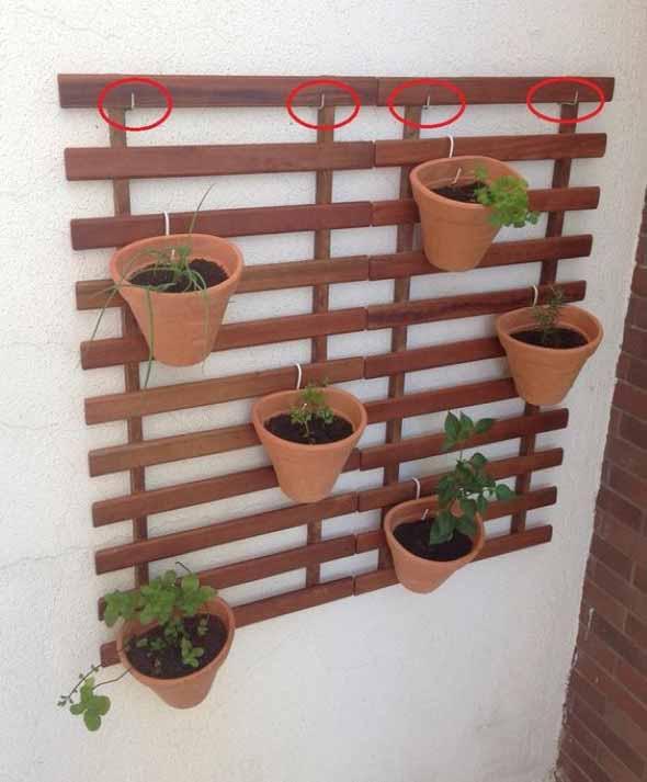 Jardim vertical com treliças pela casa 010