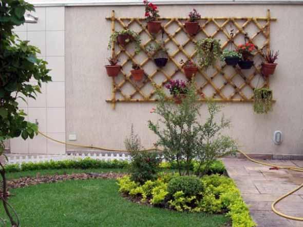 Jardim vertical com treliças pela casa 011