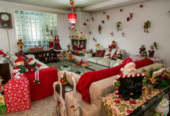 Renata e a família decoram a casa inteirinha de Natal