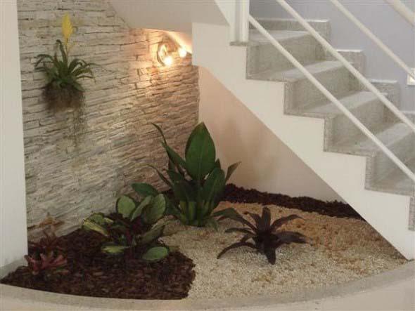 Jardim no vão da escada 001