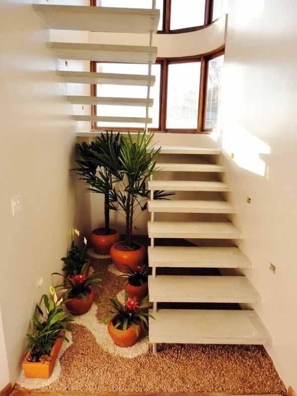 Jardim no vão da escada 012
