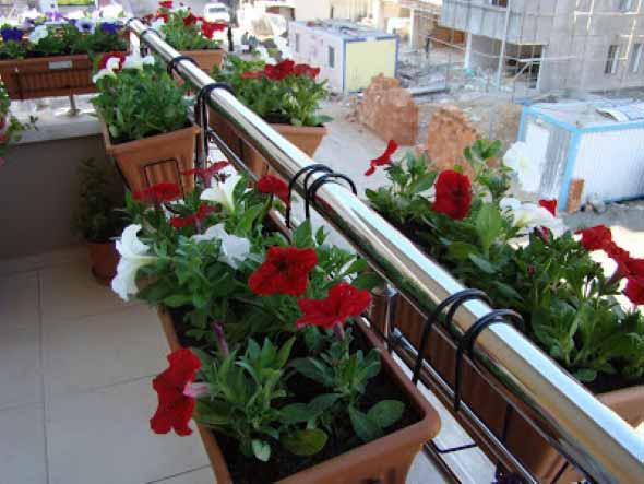 Vasos de flores na varanda 006