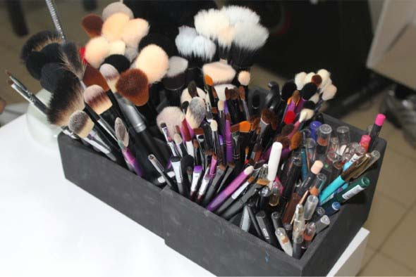 organizar pincéis de maquiagem 015