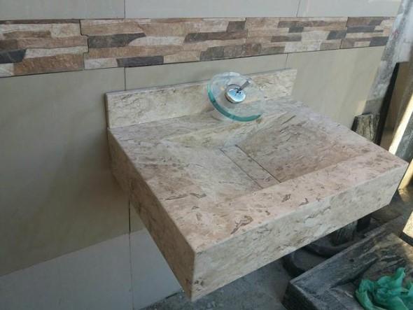 Pia esculpida na decoração do banheiro 011