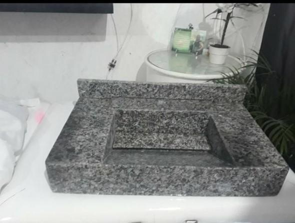 Pia esculpida na decoração do banheiro 012